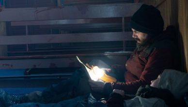 Casey Affleck sobrevivendo com sua filha em trailer de 'Luz No Fim do Mundo'